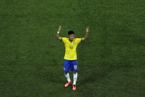 Neymar con la camiseta de Brasil - 480x320