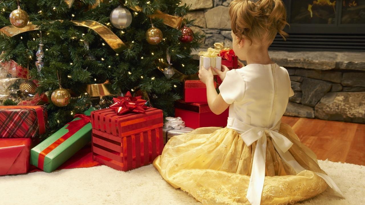 Niña arreglando el arbol de navidad - 1280x720