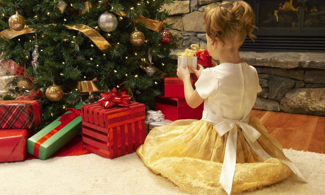Niña arreglando el arbol de navidad - 1280x768