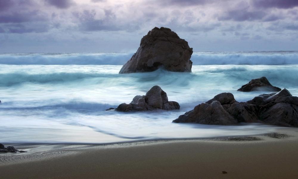 Playa con rocas gigantes - 1000x600