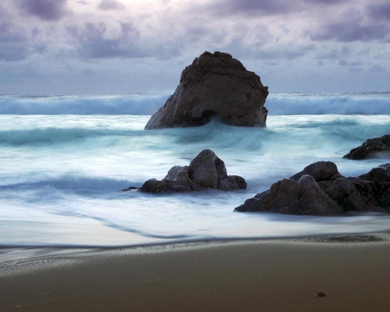 Playa con rocas gigantes - 1280x1024