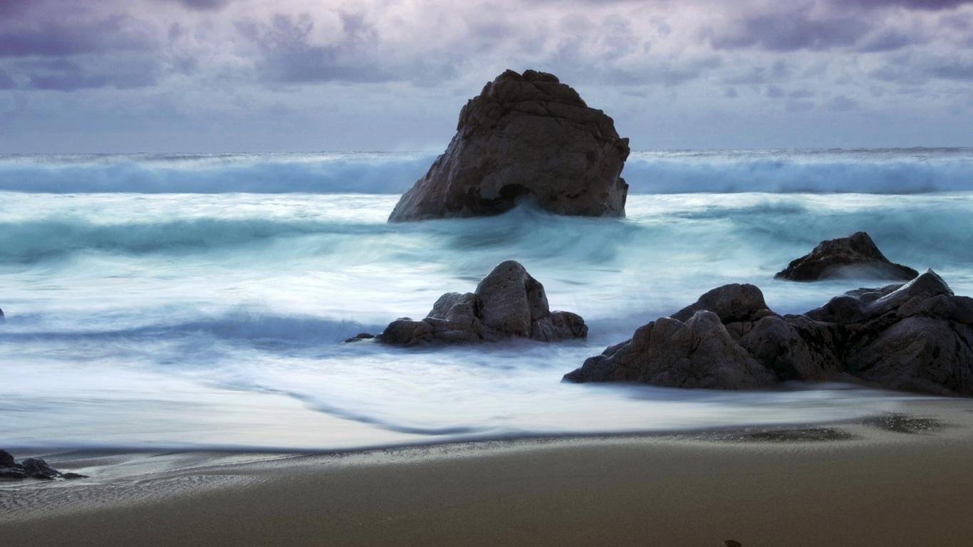 Playa con rocas gigantes - 1366x768
