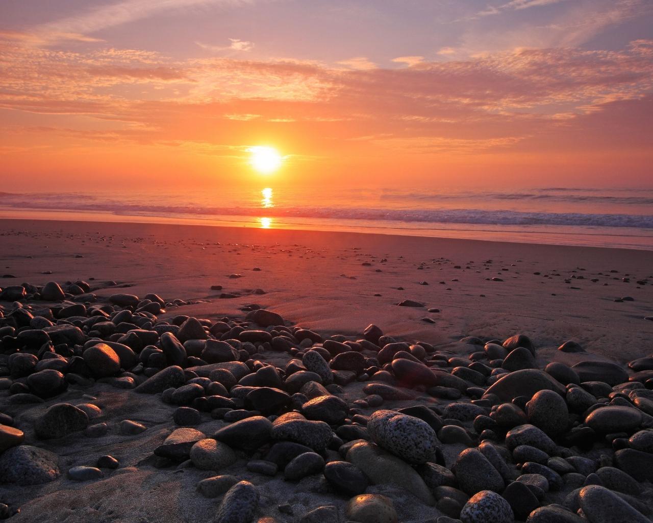 Rocas en una playa al atardecer - 1280x1024