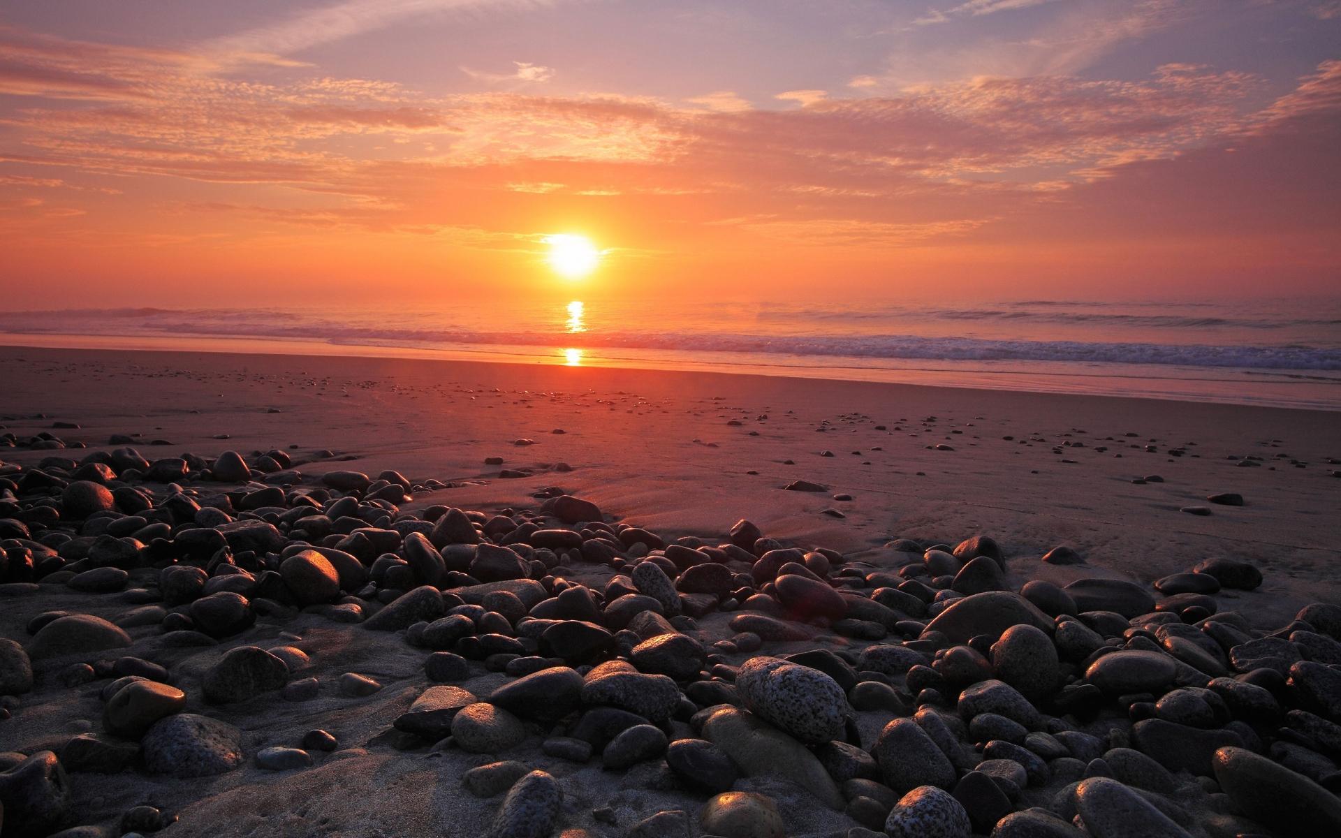 Rocas en una playa al atardecer - 1920x1200