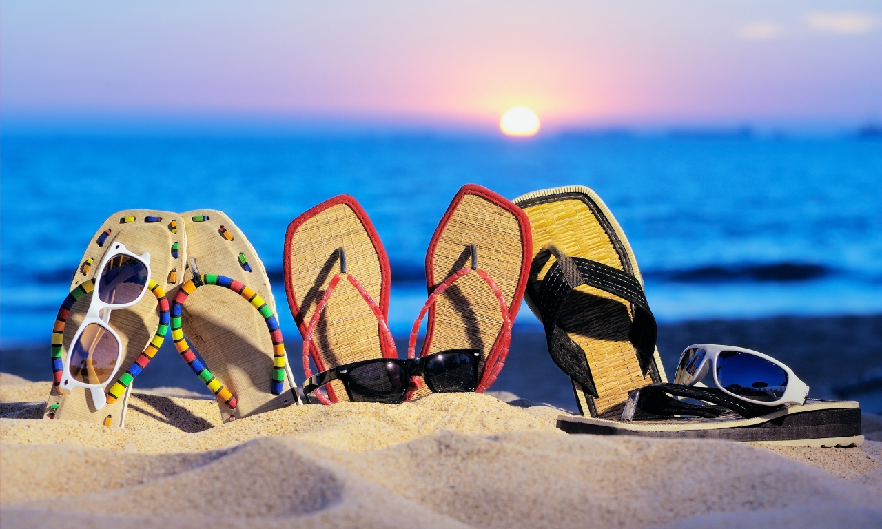 Sandalias y lentes - 1280x768