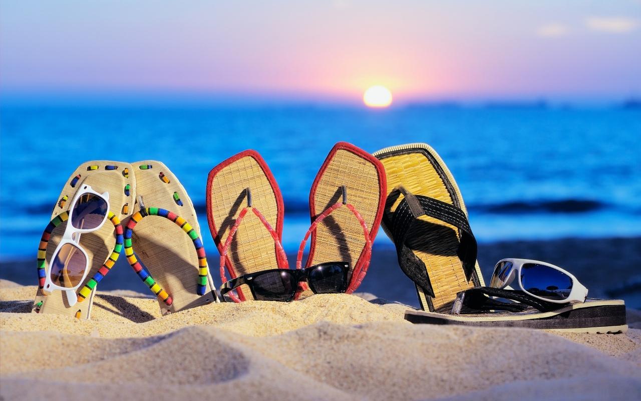 Sandalias y lentes - 1280x800