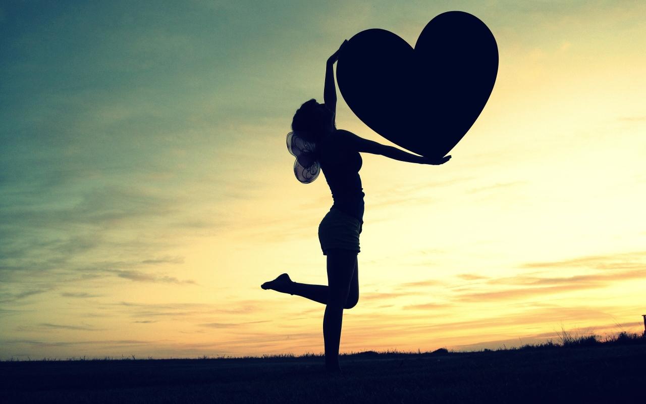 Silueta de una mujer y corazón - 1280x800