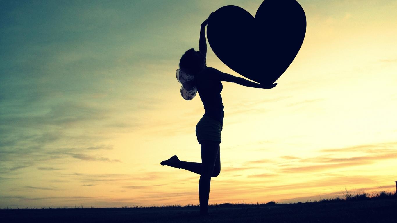 Silueta de una mujer y corazón - 1366x768