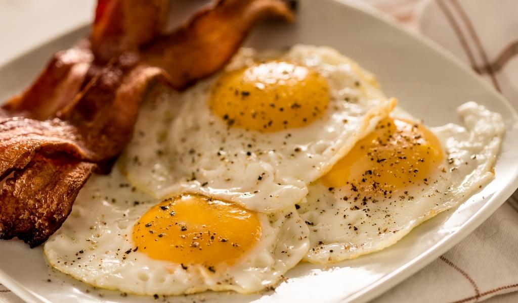 Tocino y huevos - 1024x600