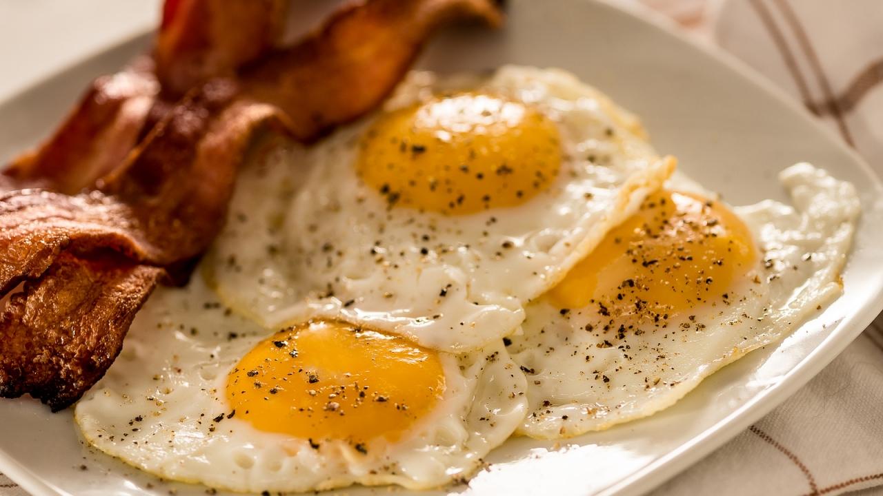 Tocino y huevos - 1280x720