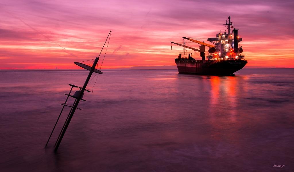 Un atardecer y un gran barco - 1024x600