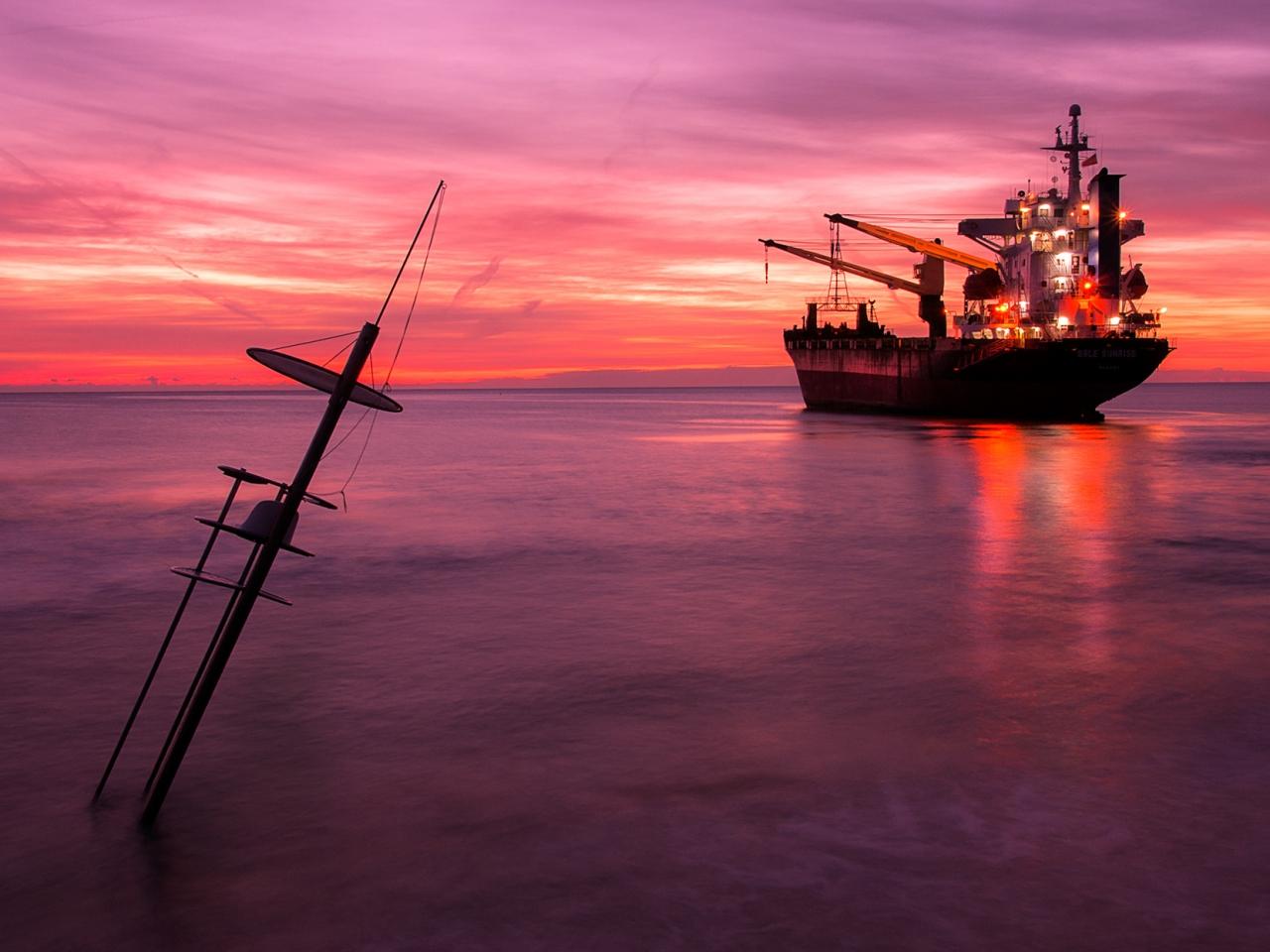 Un atardecer y un gran barco - 1280x960