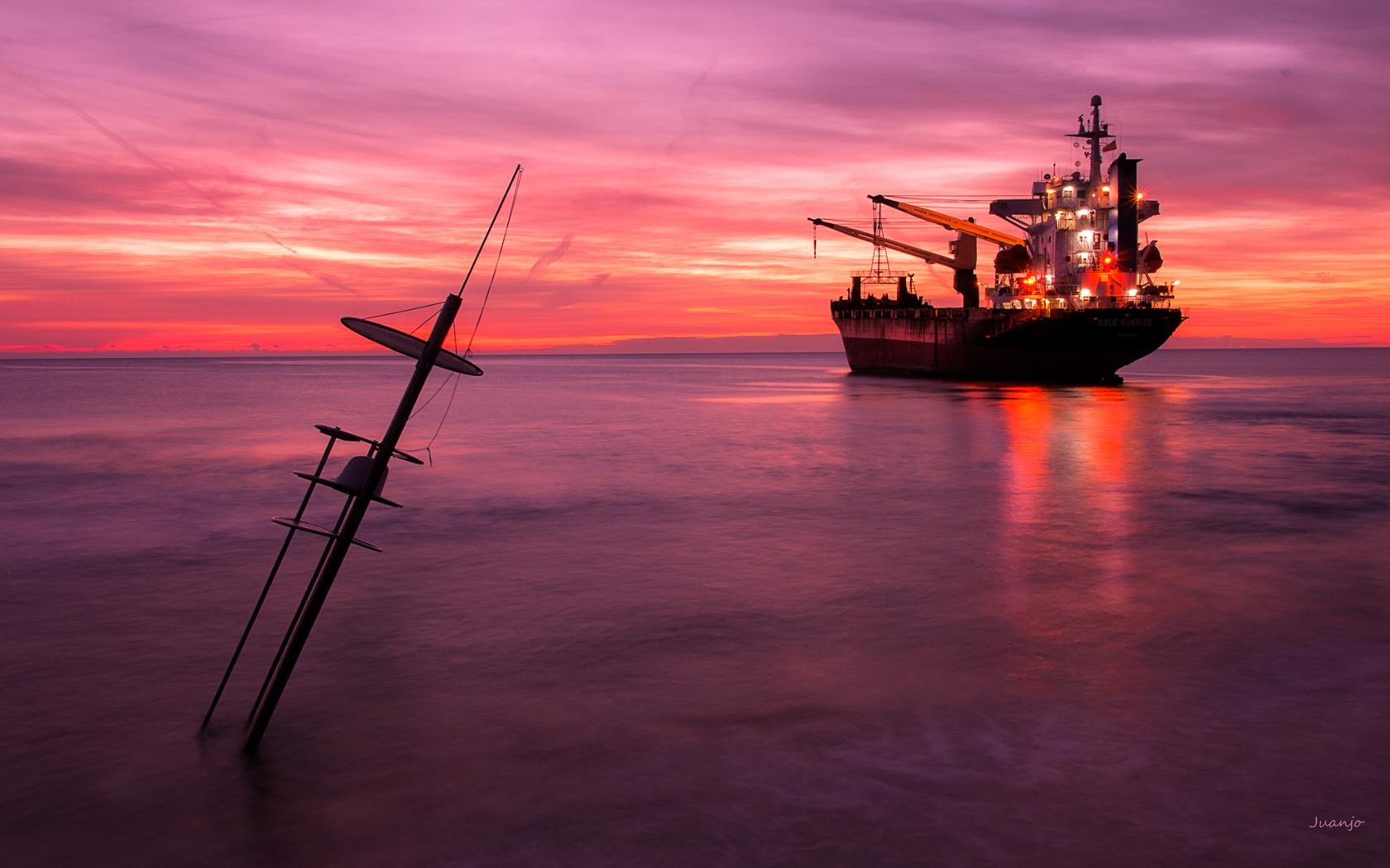 Un atardecer y un gran barco - 1680x1050