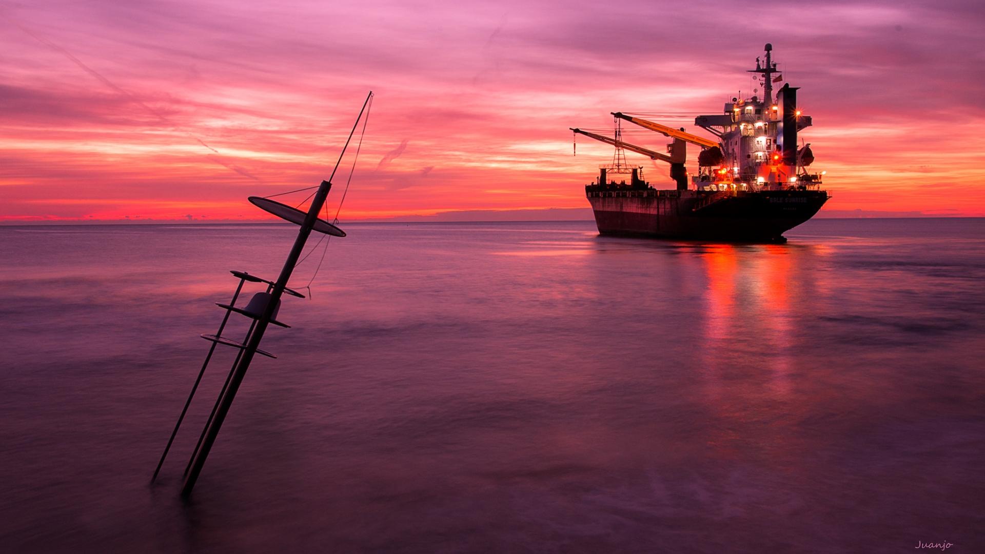 Un atardecer y un gran barco - 1920x1080