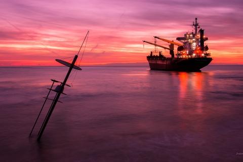 Un atardecer y un gran barco - 480x320