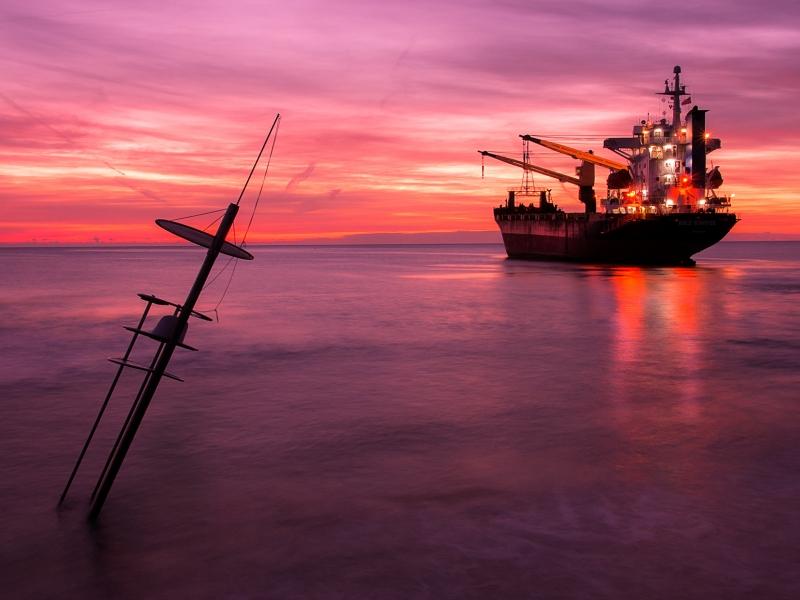 Un atardecer y un gran barco - 800x600