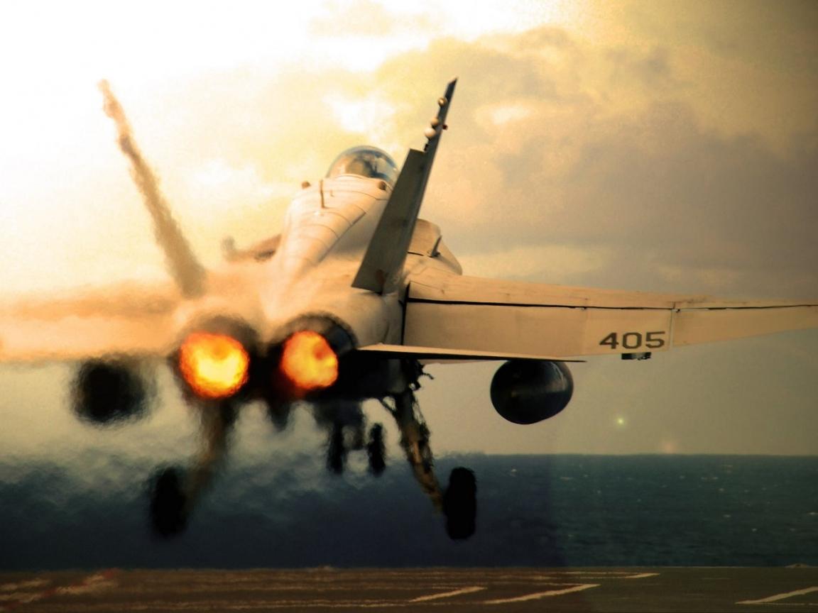 Un avión militar despegando - 1152x864