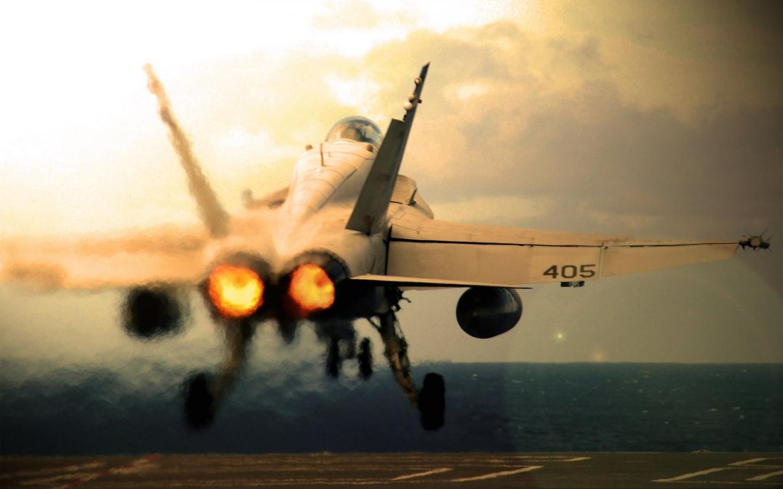 Un avión militar despegando - 1440x900
