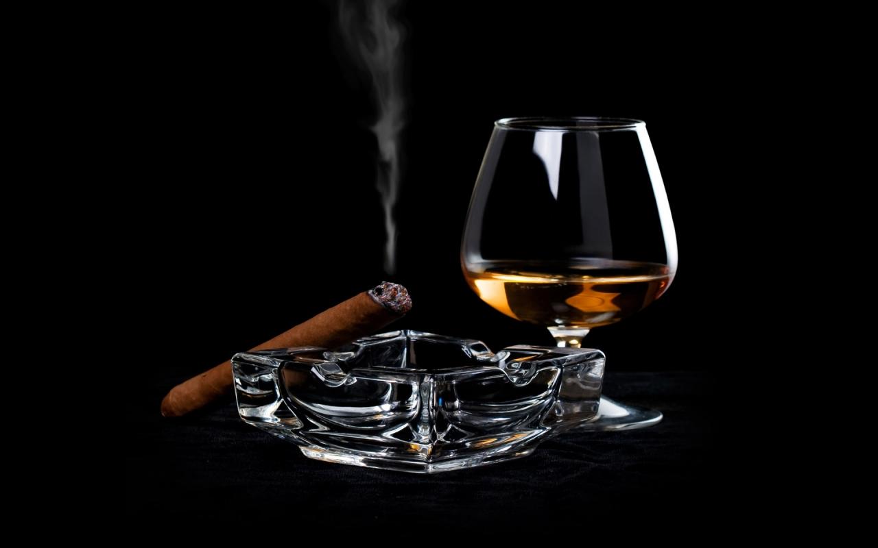 Una copa de Whisky y tabaco - 1280x800