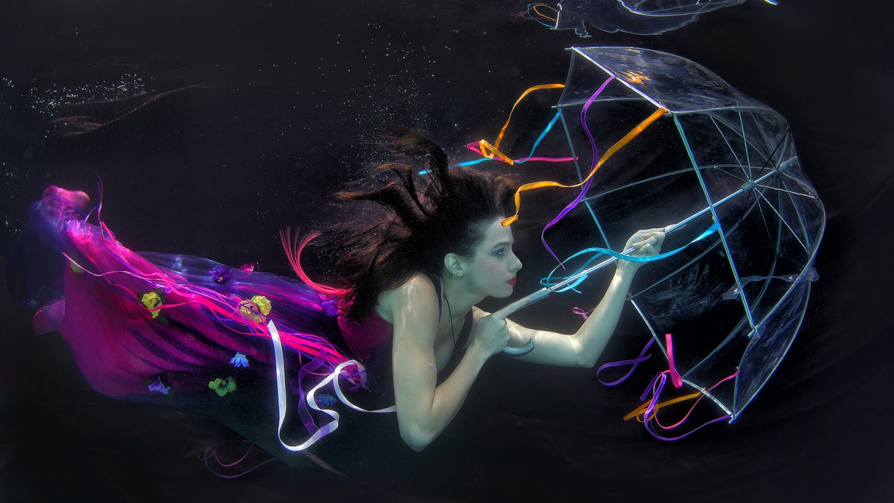 Una mujer bajo el agua - 1280x720