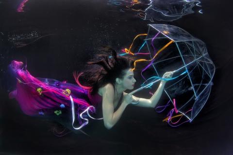 Una mujer bajo el agua - 480x320