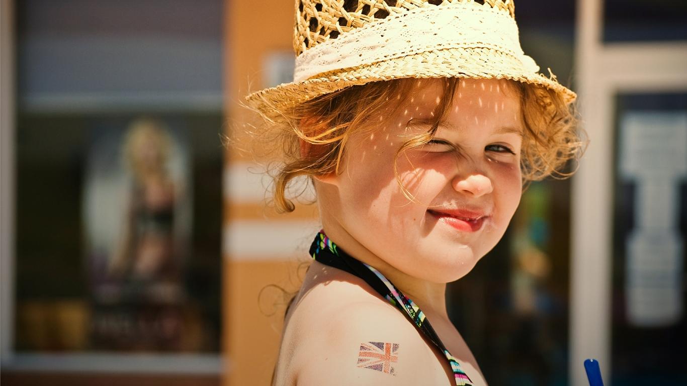 Una pequeña niña rubia - 1366x768