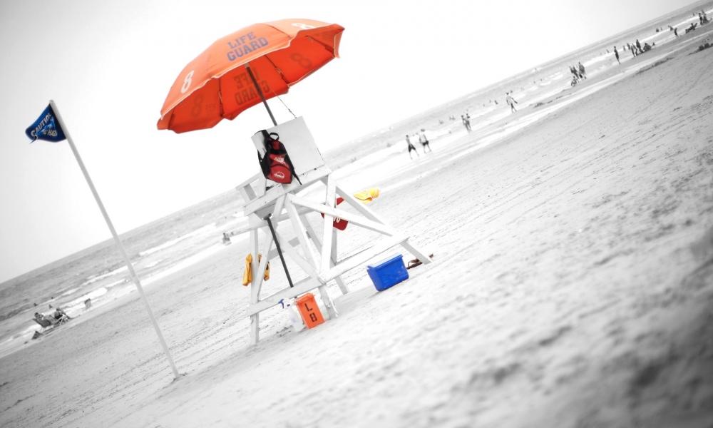 Una sombrilla naranja de playa - 1000x600