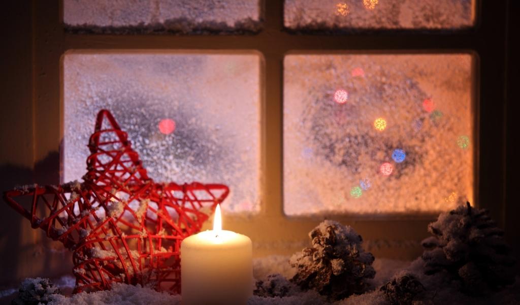Vela junto a la ventana en navidad - 1024x600