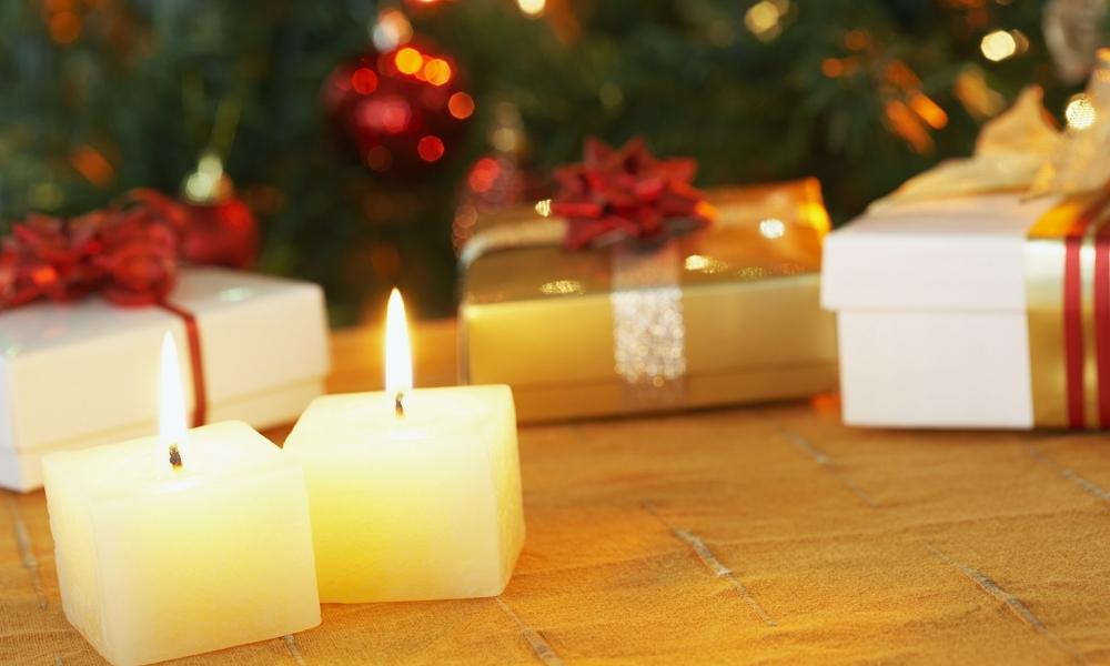 Velas cuadradas como adornos en navidad - 1000x600