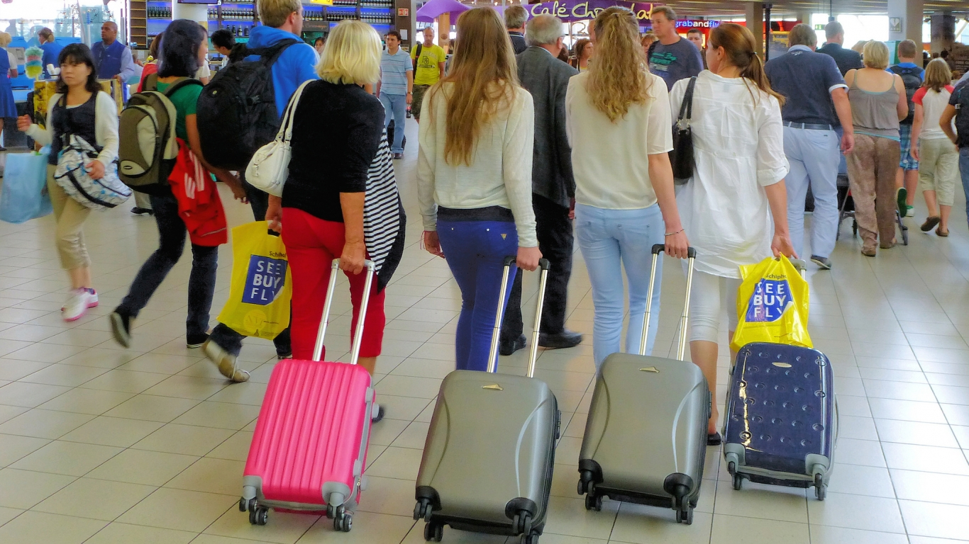 Bellas rubias en el aeropuerto - 1366x768