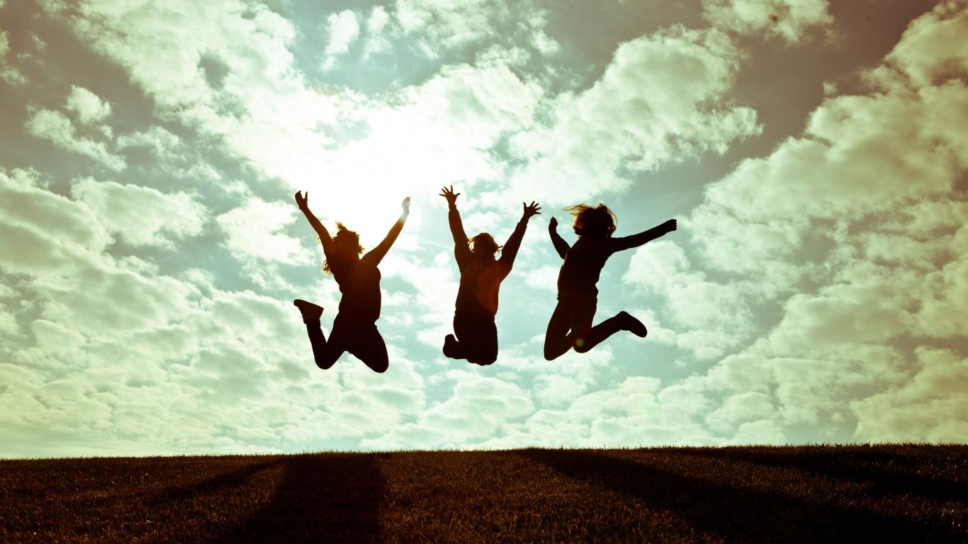 Chicas saltando - 1366x768
