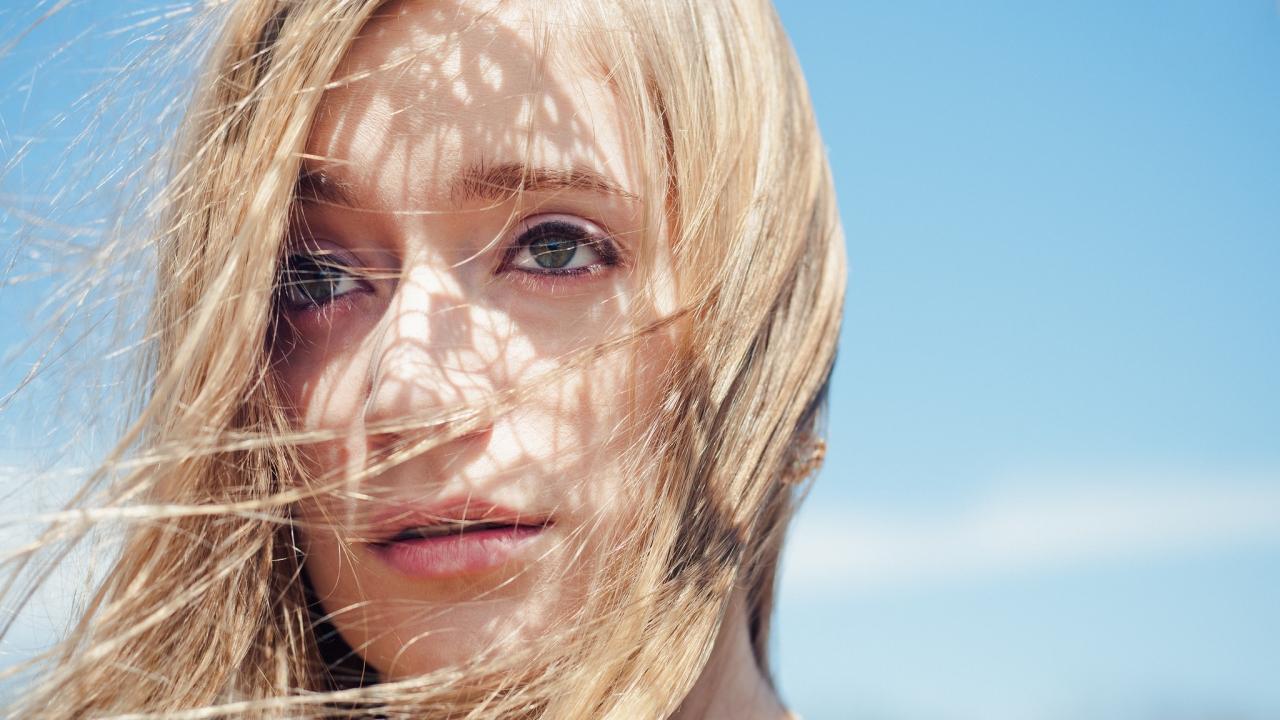 El rostro de una bella rubia - 1280x720