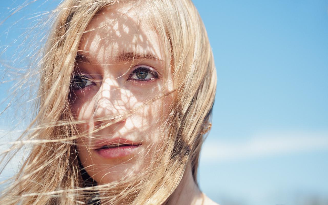 El rostro de una bella rubia - 1280x800