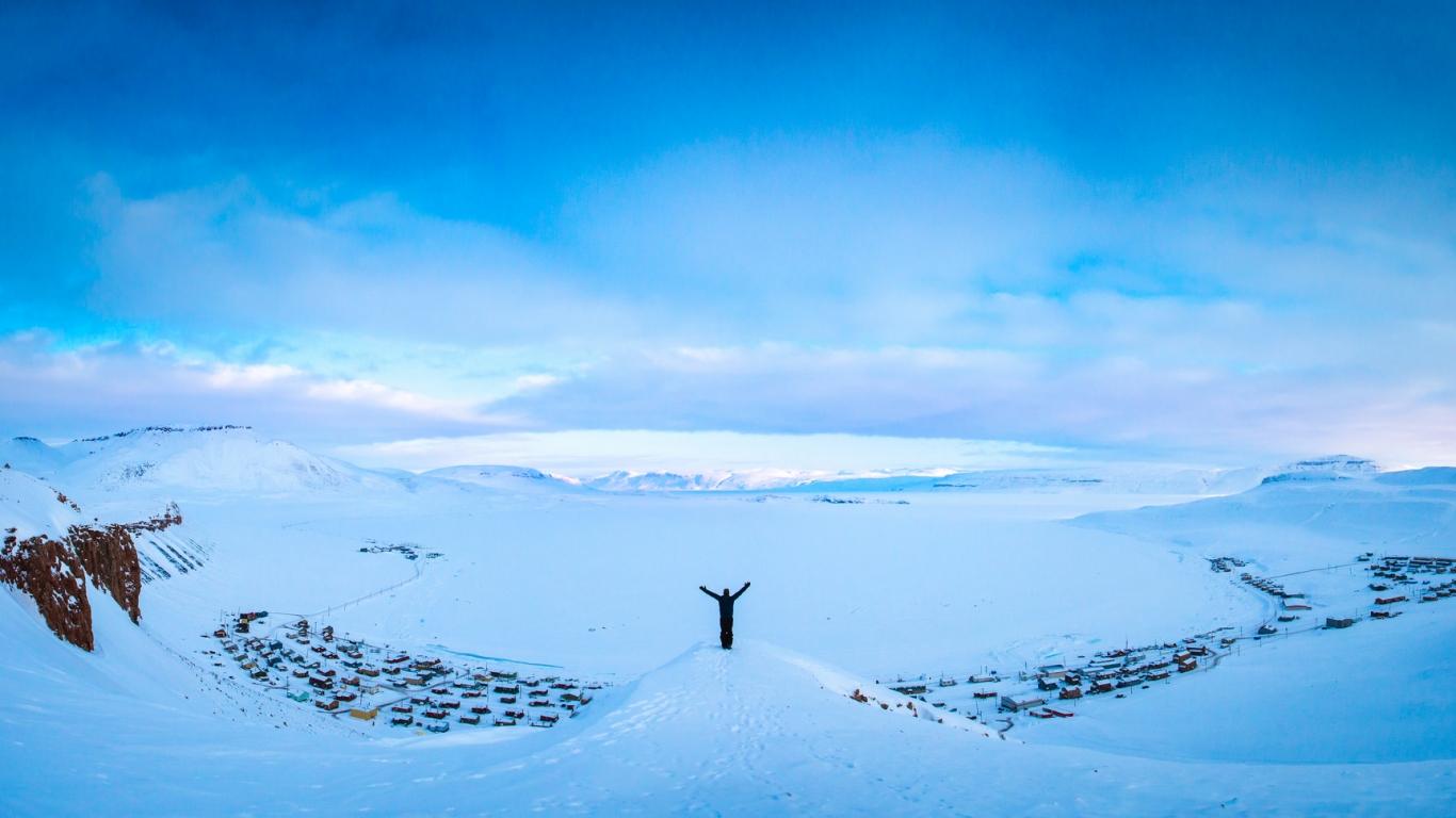 Hombre en la nieve - 1366x768