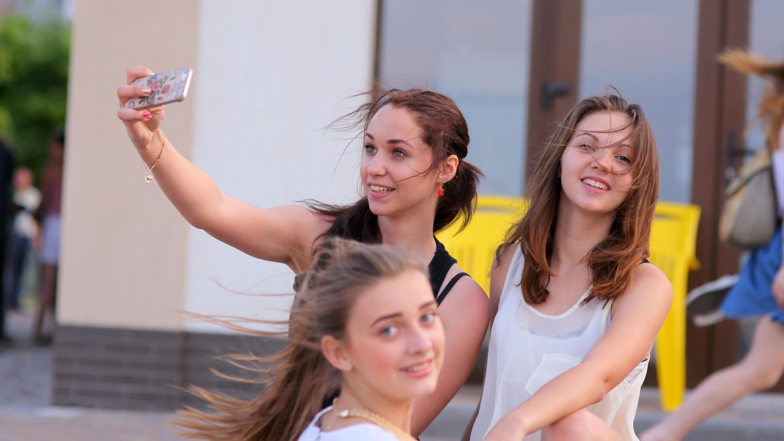 Selfie de chicas bellas - 1600x900