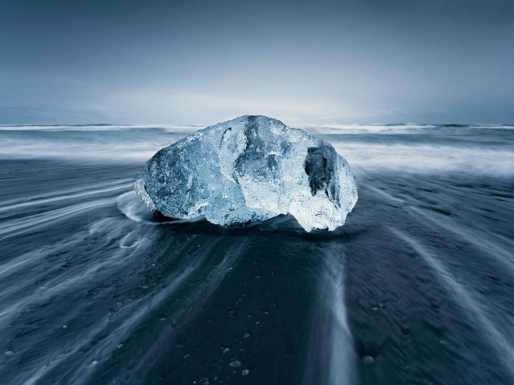 Una gran roca en la playa - 1024x768