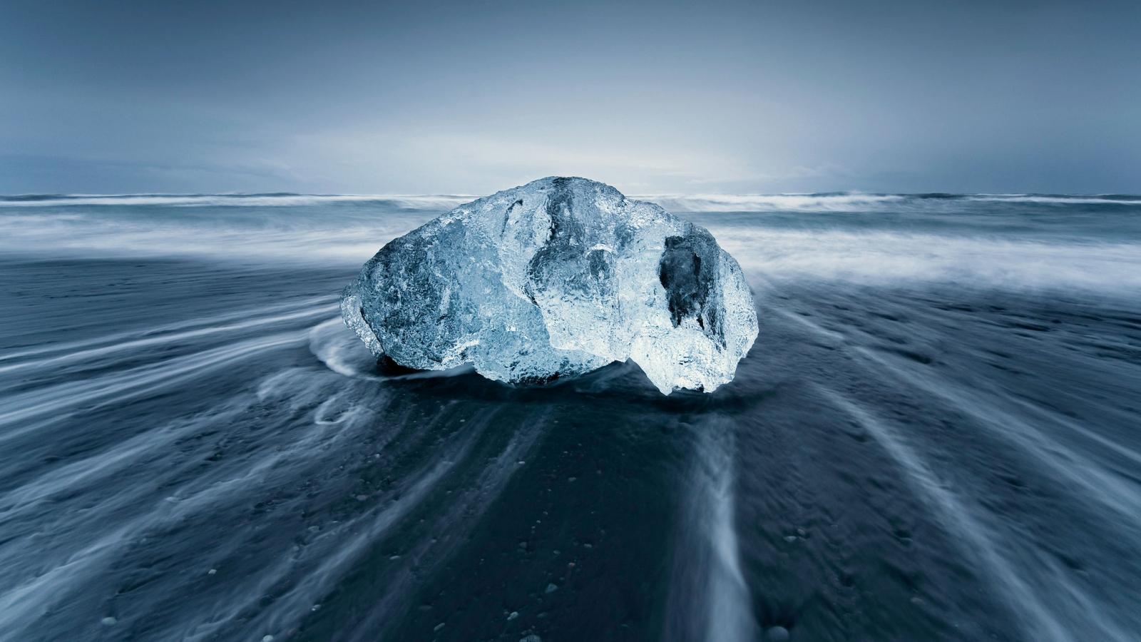 Una gran roca en la playa - 1600x900