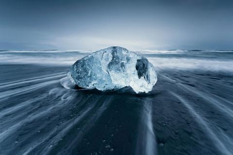 Una gran roca en la playa - 480x320