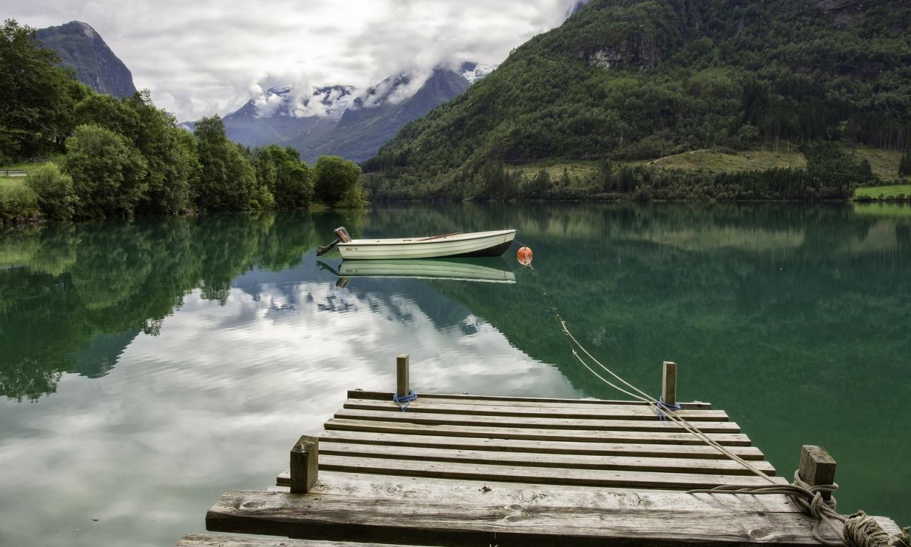 Un lago verde y un bote - 1280x768