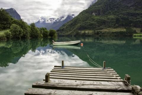 Un lago verde y un bote - 480x320