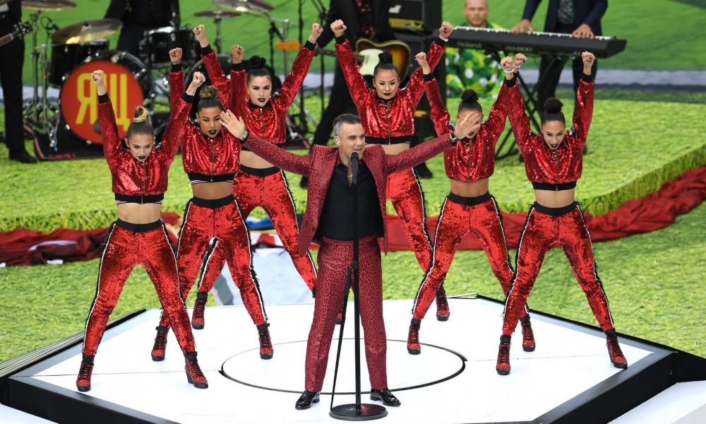 Robbie Williams cantando - 1000x600