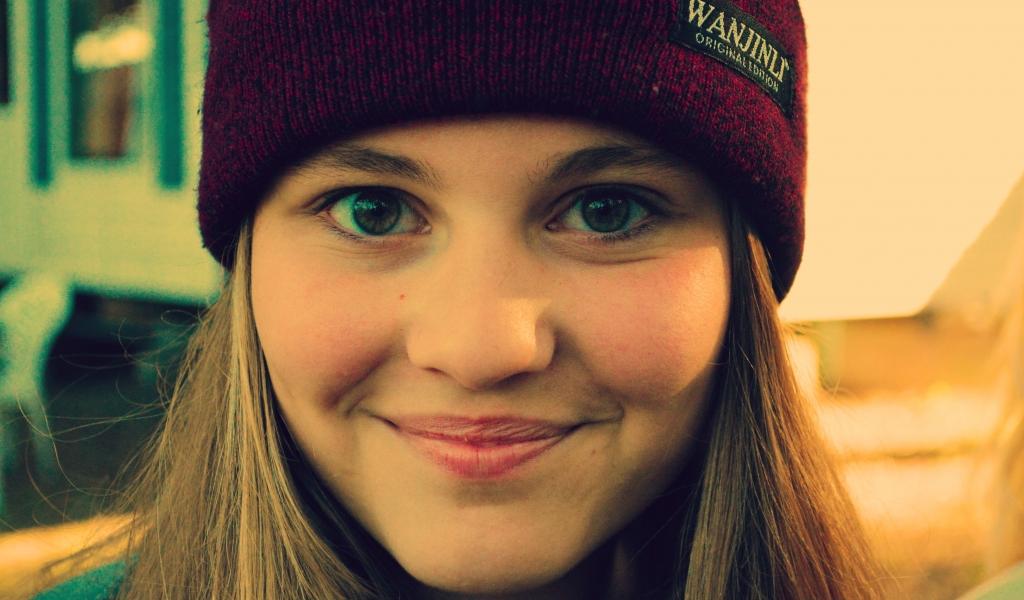 Chica sonriendo con gorra - 1024x600
