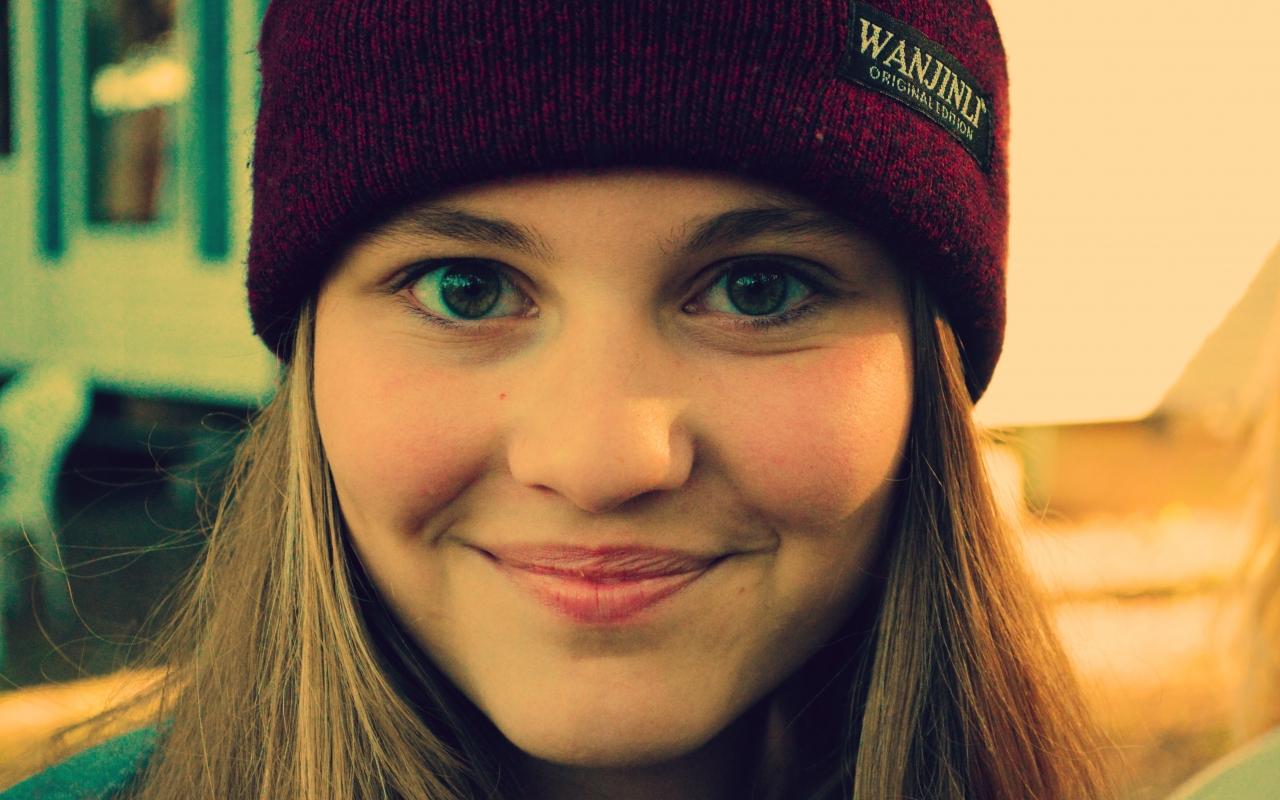 Chica sonriendo con gorra - 1280x800