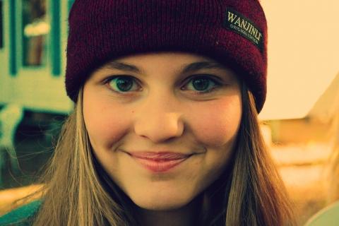 Chica sonriendo con gorra - 480x320
