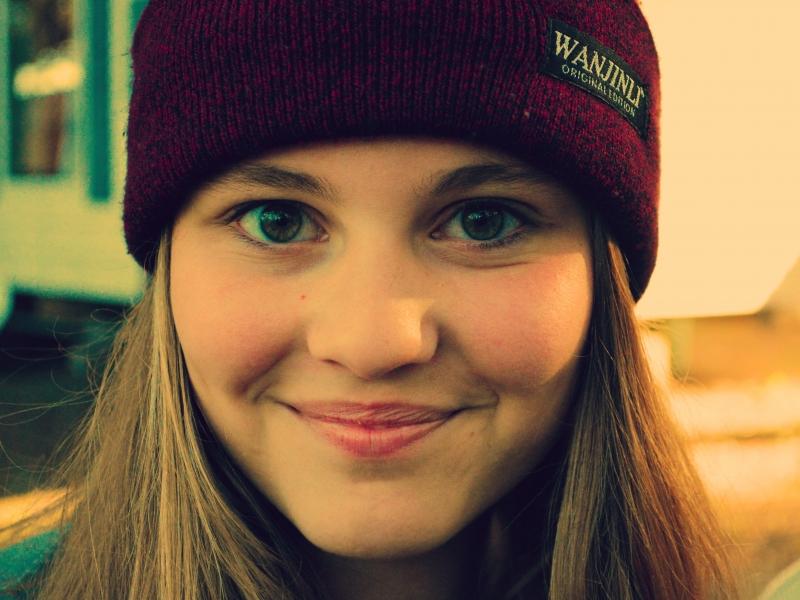 Chica sonriendo con gorra - 800x600