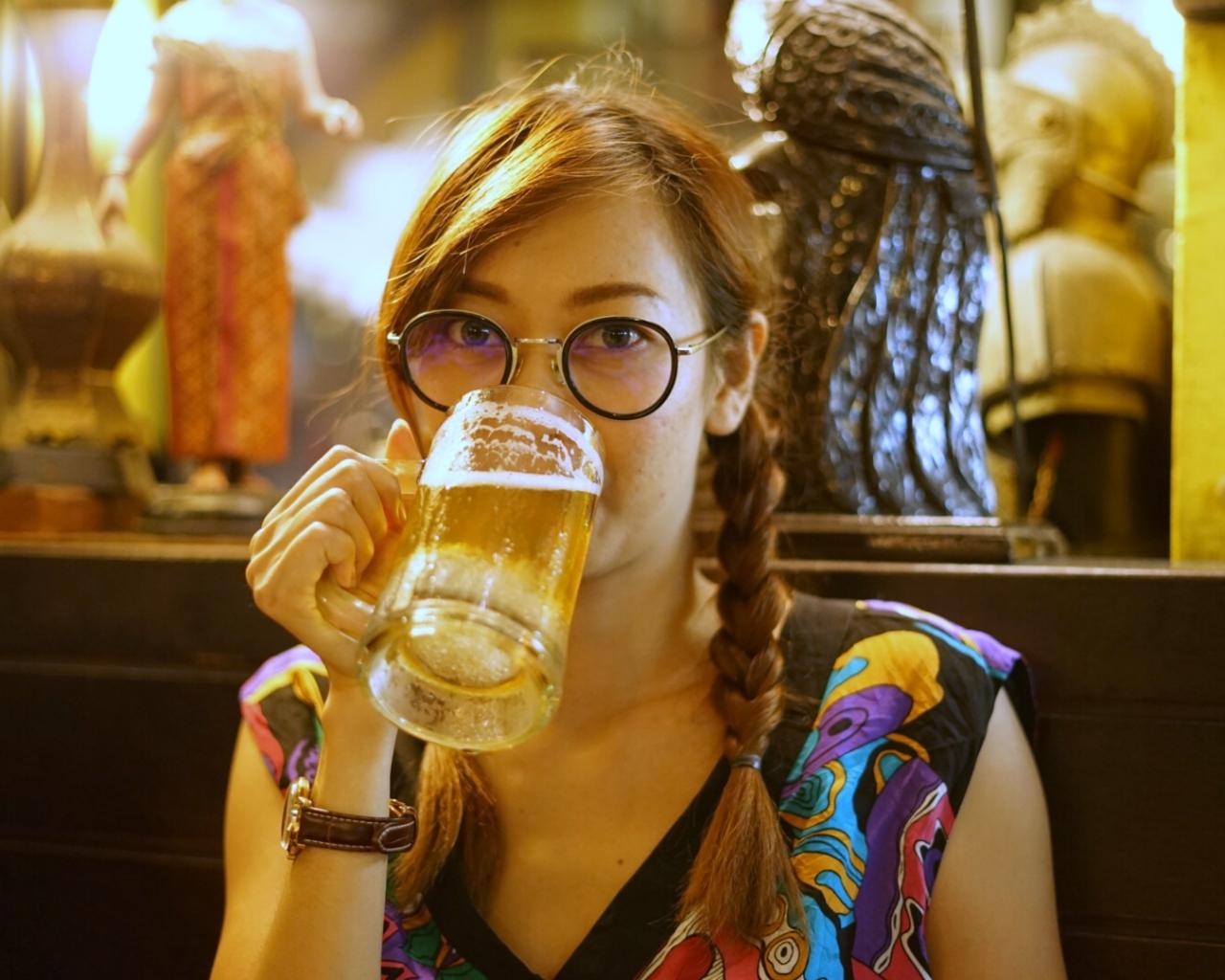 Chicas tomando cerveza - 1280x1024
