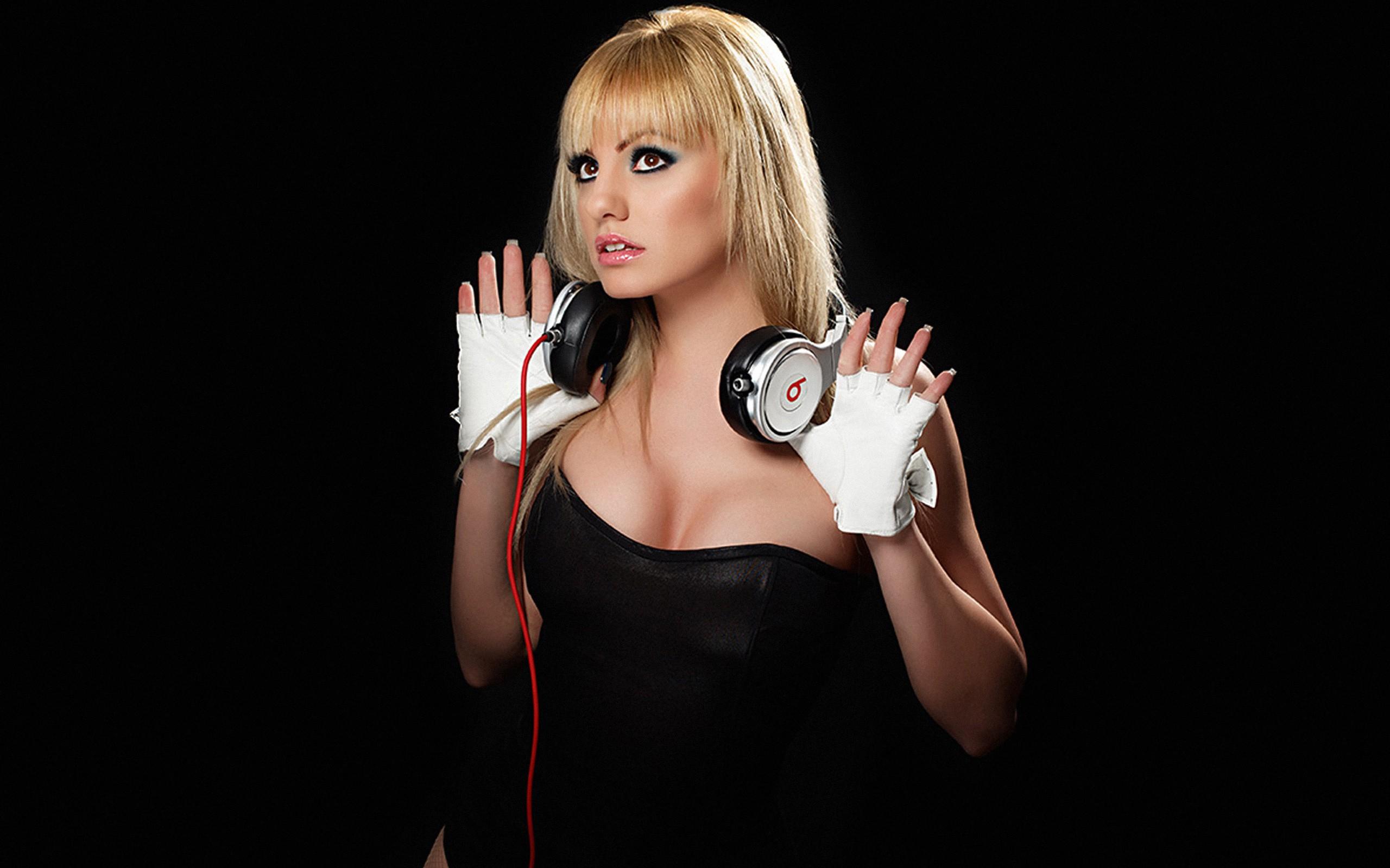 Rubia y audífonos Beats - 2560x1600