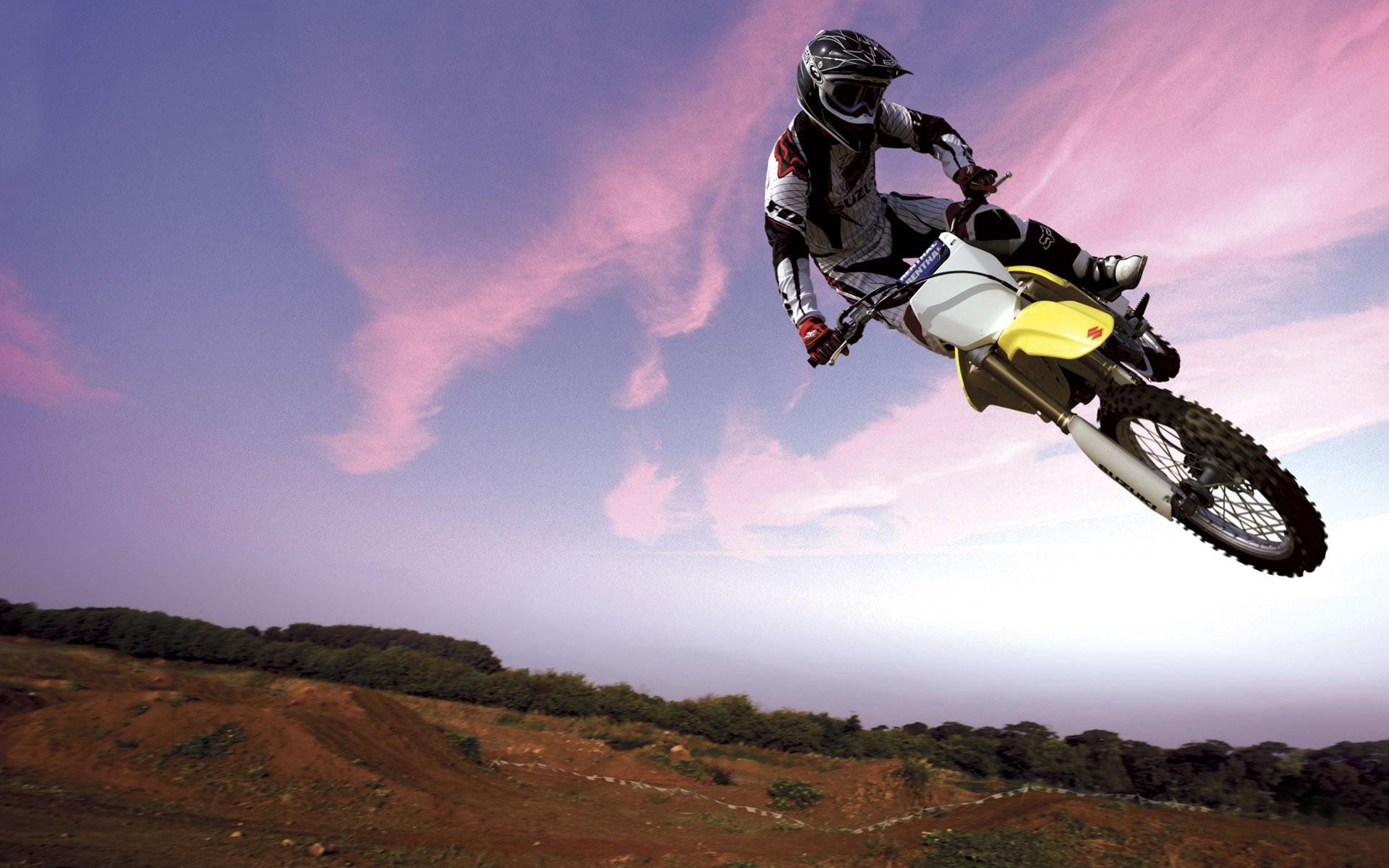 Salto en moto Suzuki - 1920x1200