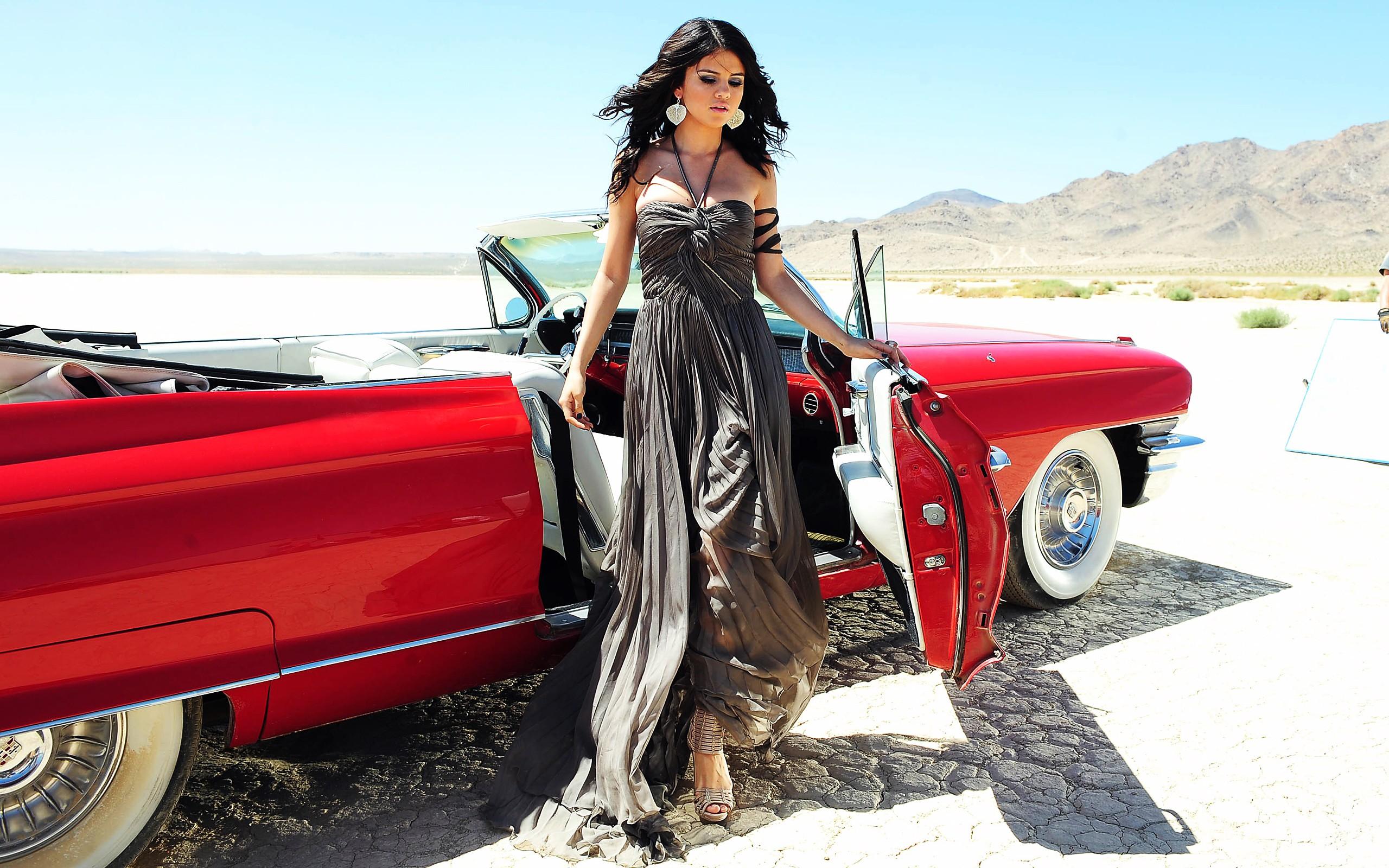Selena Gomez y su auto - 2560x1600