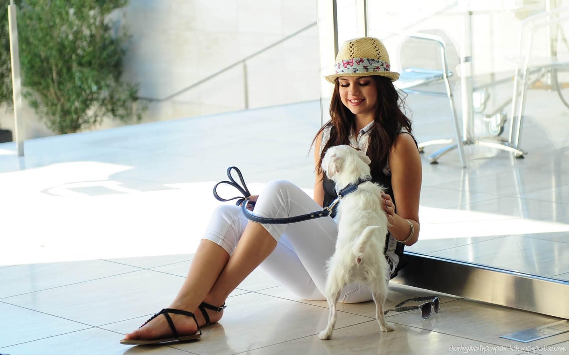Selena Gomez y su perro - 1920x1200